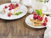Золотые домодельные свежие waffles для завтрака с сливк и полениками Стоковые Фотографии RF