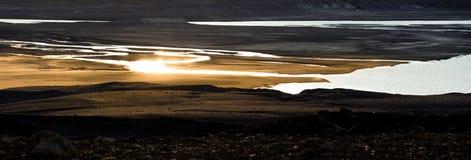 Золотые отражения захода солнца в реке и озере Сказовый взгляд Исландия Стоковая Фотография