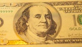 Золотые 100 долларов банкноты Стоковое Изображение RF