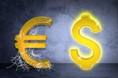 Золотые доллар и евро подписывают внутри сеть паука Стоковые Фотографии RF