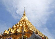 Золотые пагода и гиганты в Таиланде стоковые фотографии rf