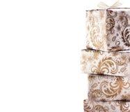 Золотые подарочные коробки изолированные на белой предпосылке Стоковая Фотография RF