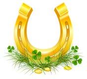 Золотые подкова и монетки на клевере травы Символы дня Patricks Стоковые Фото
