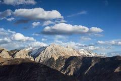 Золотые снег-покрытые горы в Тибете Стоковые Фотографии RF