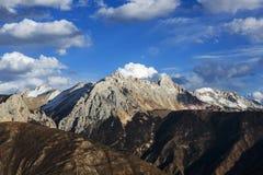 Золотые снежк-покрытые горы в Тибете Стоковая Фотография RF