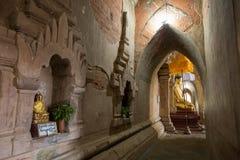 Золотые статуи Будды внутри виска в Bagan Стоковое Изображение