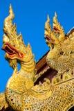 Золотые статуи дракона на крыше буддийского виска Стоковые Фотографии RF