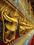 Золотые статуи Garuda на виске изумрудного Будды, Таиланде Стоковая Фотография