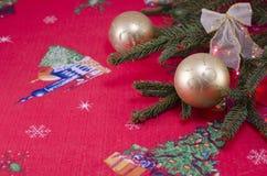 Золотые сферы рождества на красной праздничной ткани Стоковая Фотография RF