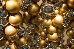 Золотые украшение рождества или гирлянда шариков Стоковое Изображение