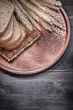 Золотые уши пшеницы рож отрезали поднос коричневого хлеба винтажный латунный Стоковые Изображения