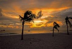 Золотые цвета захода солнца на западном побережье Барбадос Стоковое фото RF
