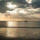 Золотые цвета захода солнца на тропическом песчаном пляже Стоковые Фотографии RF