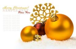 Золотые шарики рождества в снеге Стоковая Фотография