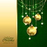 Золотые шарики рождества на зеленой предпосылке Стоковые Изображения