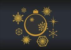 Золотые шарики рождества с снежинками на черной предпосылке ST Стоковая Фотография RF