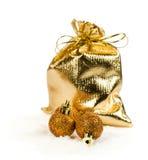 Золотые шарики сумки и рождества подарка в снеге Стоковое фото RF