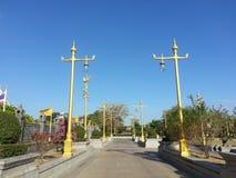 Золотые штендеры или электрический поляк на Wat Sothonwararam Стоковое Фото