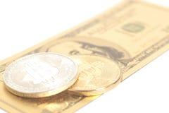 Золотые bitcoins серебра конца с u S Доллар Стоковые Изображения RF