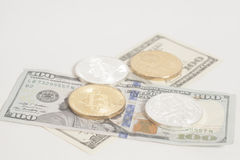 Золотые bitcoins серебра конца с u S Доллар Стоковое Фото