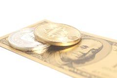 Золотые bitcoins серебра конца с u S Доллар Стоковое фото RF