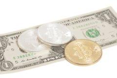 Золотые bitcoins серебра конца с u S Доллар Стоковое Изображение