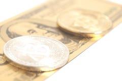 Золотые bitcoins серебра конца с u S Доллар Стоковое Изображение RF