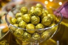 Золотые bonbons шоколада в шаре Стоковые Изображения RF