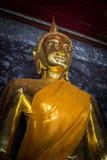 Золотые buddhas в Wat Suthat, Бангкоке стоковые изображения