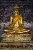 Золотые buddhas в Wat Suthat, Бангкоке стоковые изображения rf