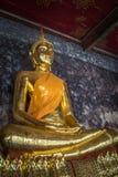 Золотые buddhas в Wat Suthat, Бангкоке стоковое фото