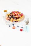 Золотые waffles с ягодами и чашкой меда Стоковые Изображения