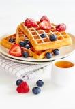 Золотые waffles с ягодами и чашкой меда Стоковое Фото