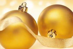 2 золотых безделушки рождества Стоковое Изображение RF