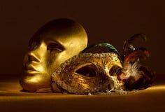 2 золотых венецианских маски Стоковые Фотографии RF