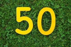 50 золотых желтых номеров на траве Стоковое Изображение RF