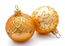 2 золотых изолированного шарика рождества Стоковая Фотография