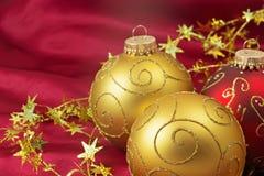 2 золотых и шарика одних красных рождества Стоковая Фотография