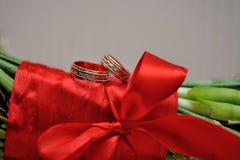 2 золотых кольца на букете свадьбы невесты Стоковое Изображение