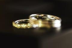 2 золотых красивых encripted обручального кольца Стоковые Изображения RF