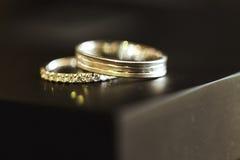 2 золотых красивых encripted обручального кольца Стоковое Изображение