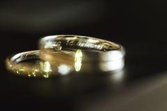 2 золотых красивых encripted обручального кольца Стоковое Изображение RF