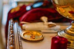 2 золотых обручального кольца в церемониальном bown на алтаре церков Стоковая Фотография RF