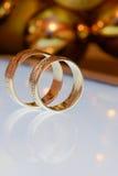 2 золотых обручального кольца на таблетке Стоковые Изображения