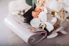 2 золотых обручального кольца на bridal муфте Стоковая Фотография RF