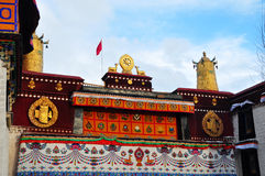 2 золотых оленя фланкируя Dharma катят на Jokhang Стоковые Фото