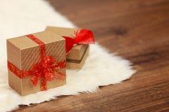 2 золотых подарочной коробки с красным смычком ленты Стоковые Изображения RF