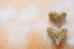 2 золотых сердца на деревянной предпосылке Стоковое Фото