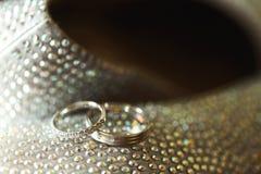 2 золотых элегантных обручального кольца с диамантами на стильных ботинках Стоковая Фотография RF