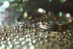 2 золотых элегантных обручального кольца с диамантами на стильных ботинках Стоковые Изображения RF
